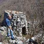 Il ricercatore Adriano Forgione sul monte Sambucaro per vedere i cerchi di pietra concentrici