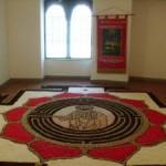 """La riproduzione del """"Cristo nel labirinto"""" realizzata per l'infiorata del """"Corpus domini"""" esposta nel chiostro di San Francesco"""