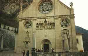 new_Duomo di Gemona con il gigantesco S Cristoforo ricostruito dopo essere stato distrutto dal terremoto del 76