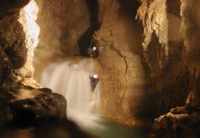 new_Passaggio_cascata_interna nelle grotte di Falvaterra