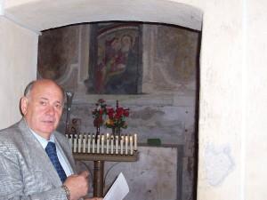 Giorgio Pacetti mostra l'affresco di scuola giottesca del 1300.