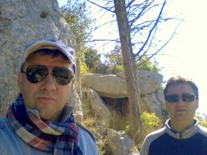 9 Pavat e Paolo Accettola davanti al dolmen