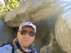new_10 Pavat davanti al dolmen