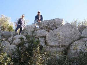 new_6 Paolo Acettola e G Pavat sulle mura megalitiche-foto G Rinna