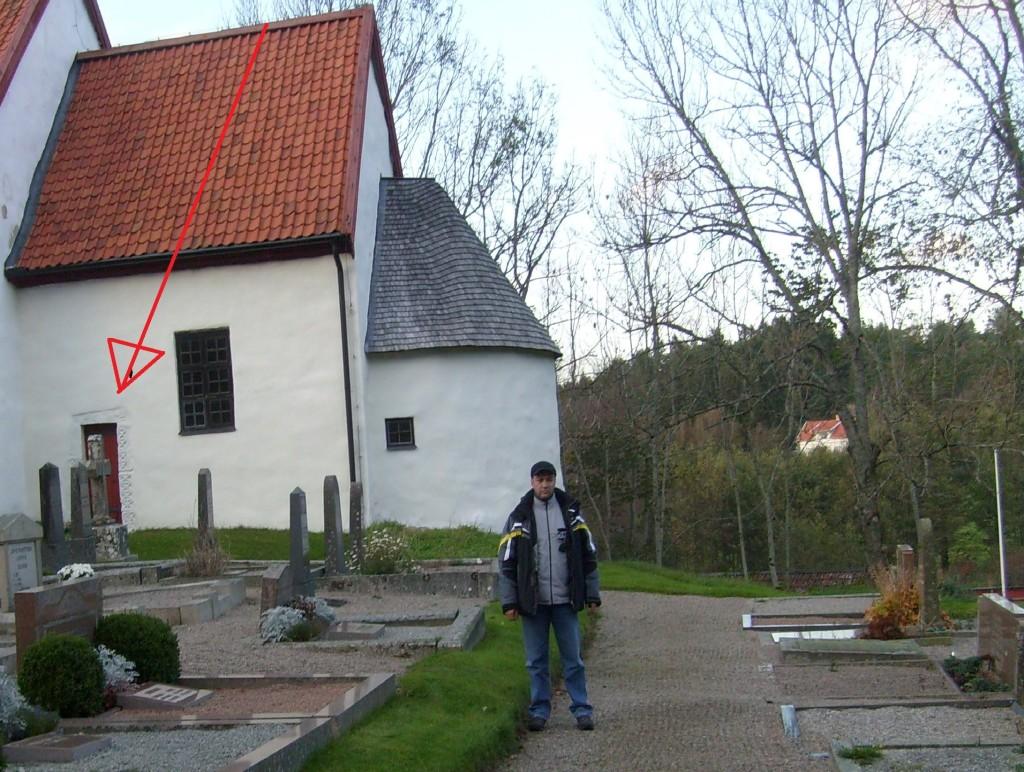 """Pavat davanti alla """"Bokenas gamla Kyrka"""". La freccia rossa indica l'ingresso con le """"Stelle a 4 punte"""" - Foto Sonia Palombo"""