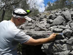 10 Dino Coppola misura l'ingresso della tomba a camera di Pelonga