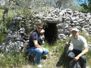 11 Pavat e Coppola davanti alla Tomba a camera di Pelonga