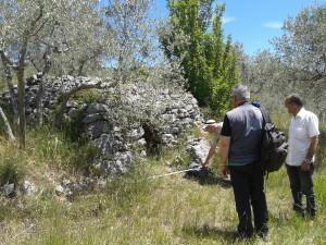 9 Coppola Boezi e Rossi effettuano misurazioni della tomba a camera