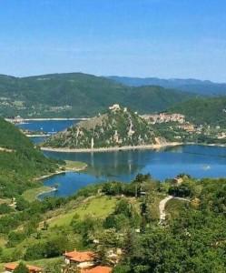 Penisola e monte Antuni sul lago del Turano