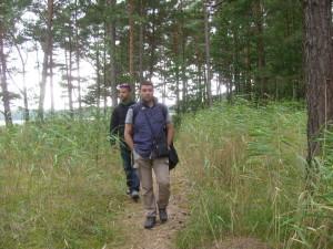 Giancarlo Pavat impegnato in ricerche nei boschi presso la spiaggia di Hide sul Baltico