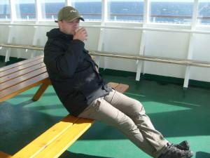 Giancarlo Pavat si gode una tazza di caffè caldo sulla tolda della nave in navigazione nel Baltico