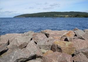 Il monte Omberg affacciato al lago Vättern, visto dalla Baia di Hastholmen. Stando alle leggende svedesi, in determinate notti, esseri fatati e mostruose creature lacustri si darebbero convegno sulla montagna
