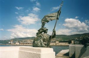 La statua del Bersagliere a Trieste che ricorda lo storico sbarco al termine della Grande Guerra