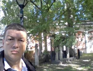 Giancarlo Pavat nell'Orto Lapidario annesso al Civico Museo di Arte e Storia sul colle di S. Giusto