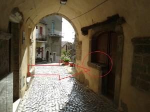 Triplice Cinta sulla porta a bandiera sotto la Volta di via Cesare Battisti