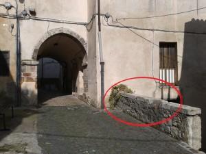 Le due Triplici Cinte sul muretto all'uscita della Volta di via Cesare Battisti