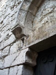 Facciata e decorazioni lapidee dell'ingresso della chiesa di San Giacomo