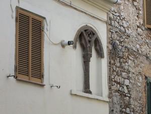 L'elegante bifora con Croce patente in corso Italia