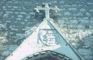 Lo stemma dei Conti di Ceccano sulla chiesa di Sant'Agostino a Carpineto Romano, non lontano da Maenza