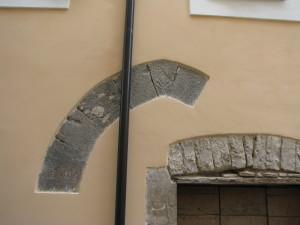17 Corso Italia - Arco a sesto acuto con Simbolo del Giglio