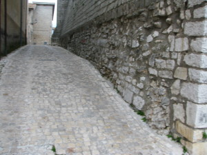 2 la stretta via che da piazza della Portella conduce apiazza Duomo