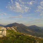 Testimone racconta l'avvistamento di un globo luminoso sui Monti Lepini nel Lazio meridionale.