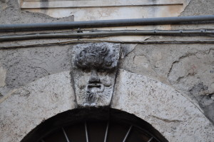 26 Il mascherone apotropaico in via dabbasso