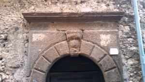 37 Mascherone apotropaico in via Bella Torre