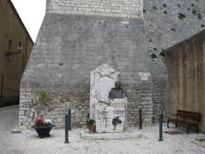 4 piazza Duomo con il monumento a S Tommaso d'Aquino