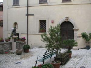 5 piazza S Maria de Mattias e l'Ostello di S Tommaso