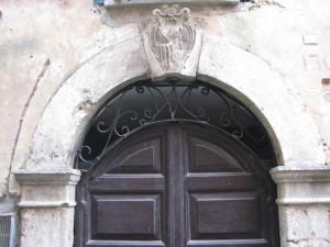 57 via Nazario Sauto - portone con Monogramma della Vergine in ferro battuto e s