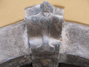 8 Corso Italia - Cuore su stemma sopra portale