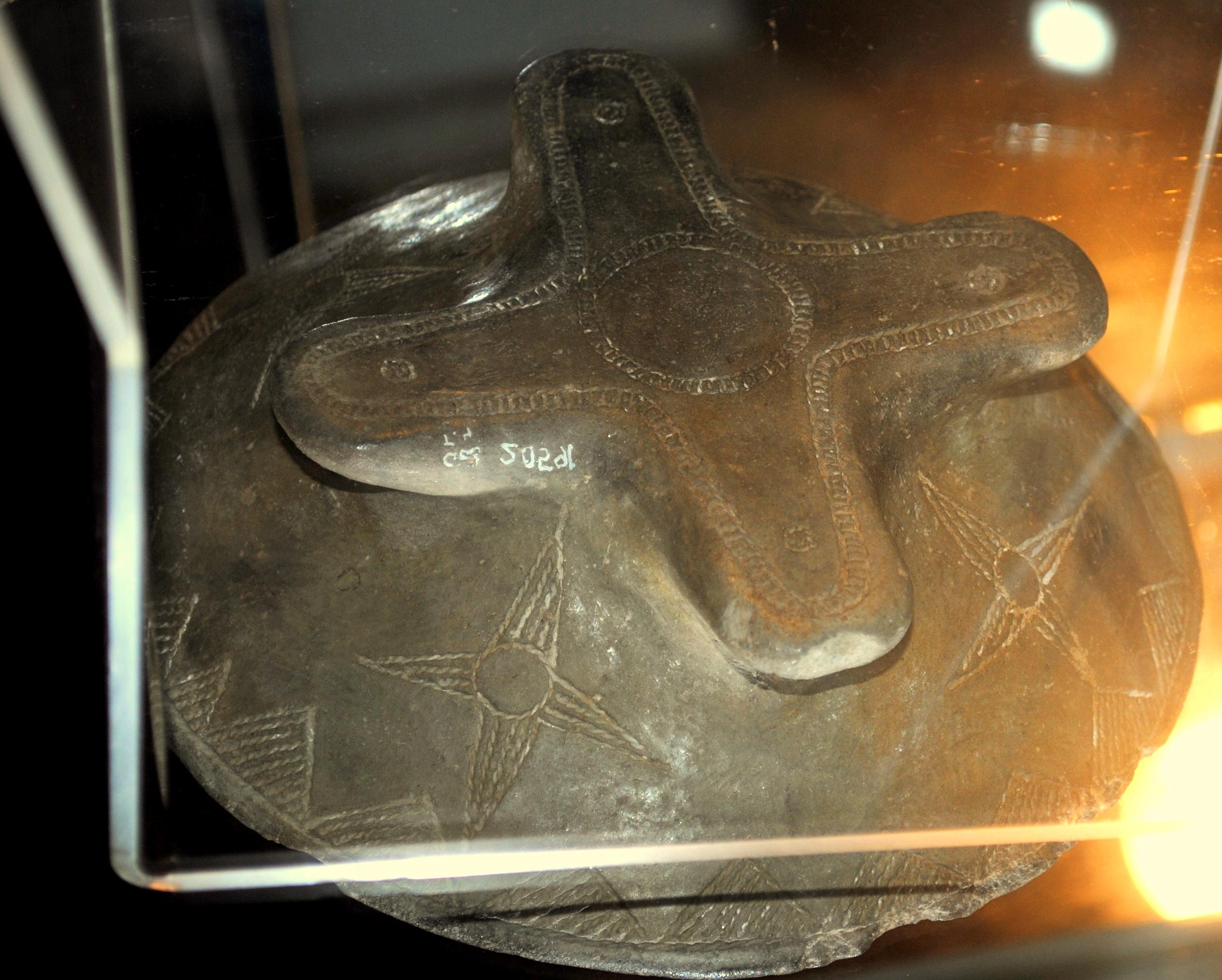 12 Il piede della Coppa della Grotta dei Ciclamini con la Rosa Camuna.
