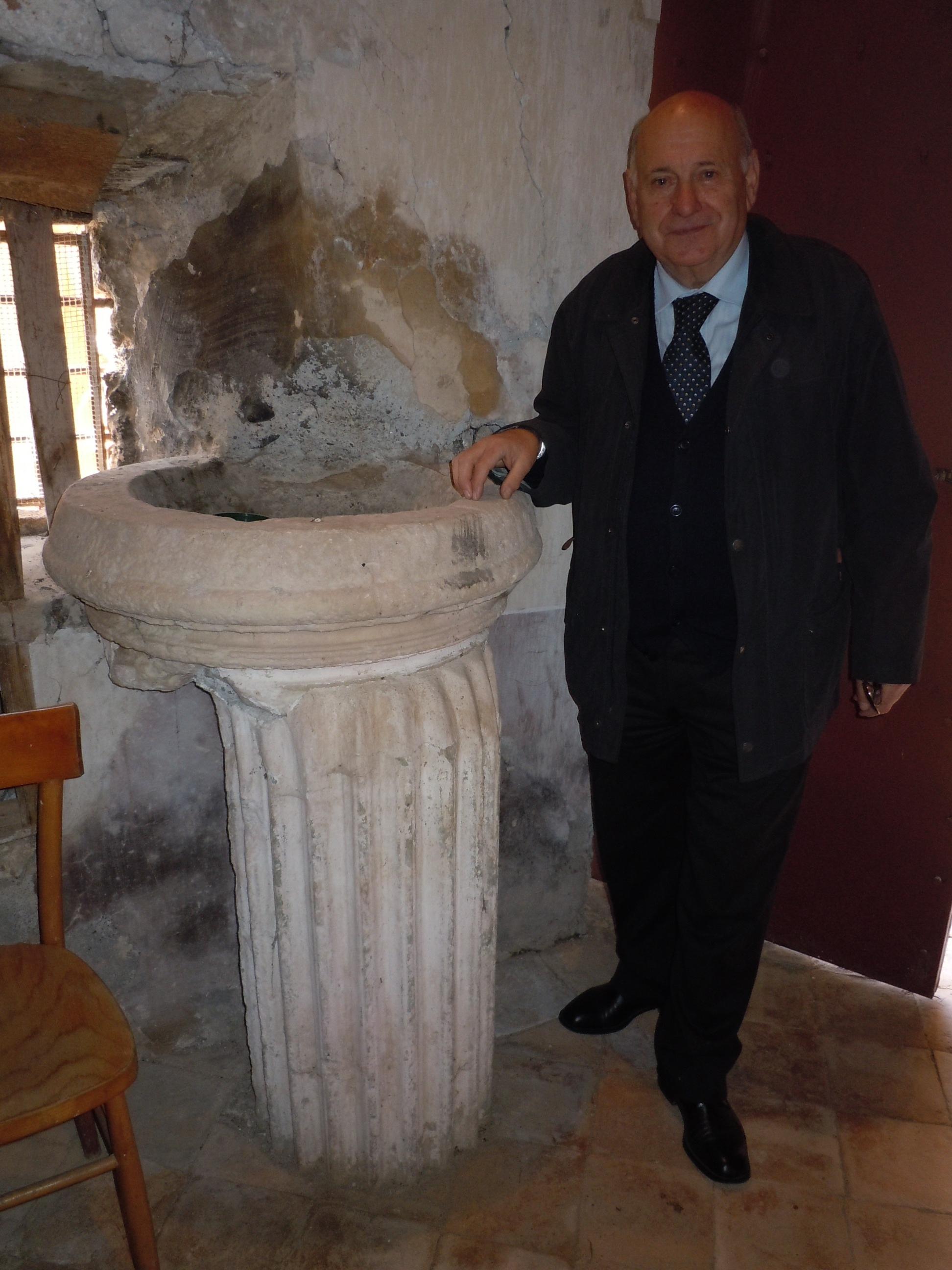 4 Giorgio Pacetti con il Fonte battesimale - foto Pavat
