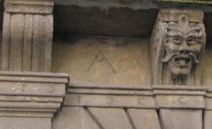 La lettera A sul portone palazzo Gizzi a Ceccano