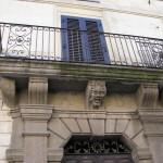"""La """"Contea del Mistero"""": nuovi enigmi su un portone di un palazzo storico di Ceccano (FR)."""