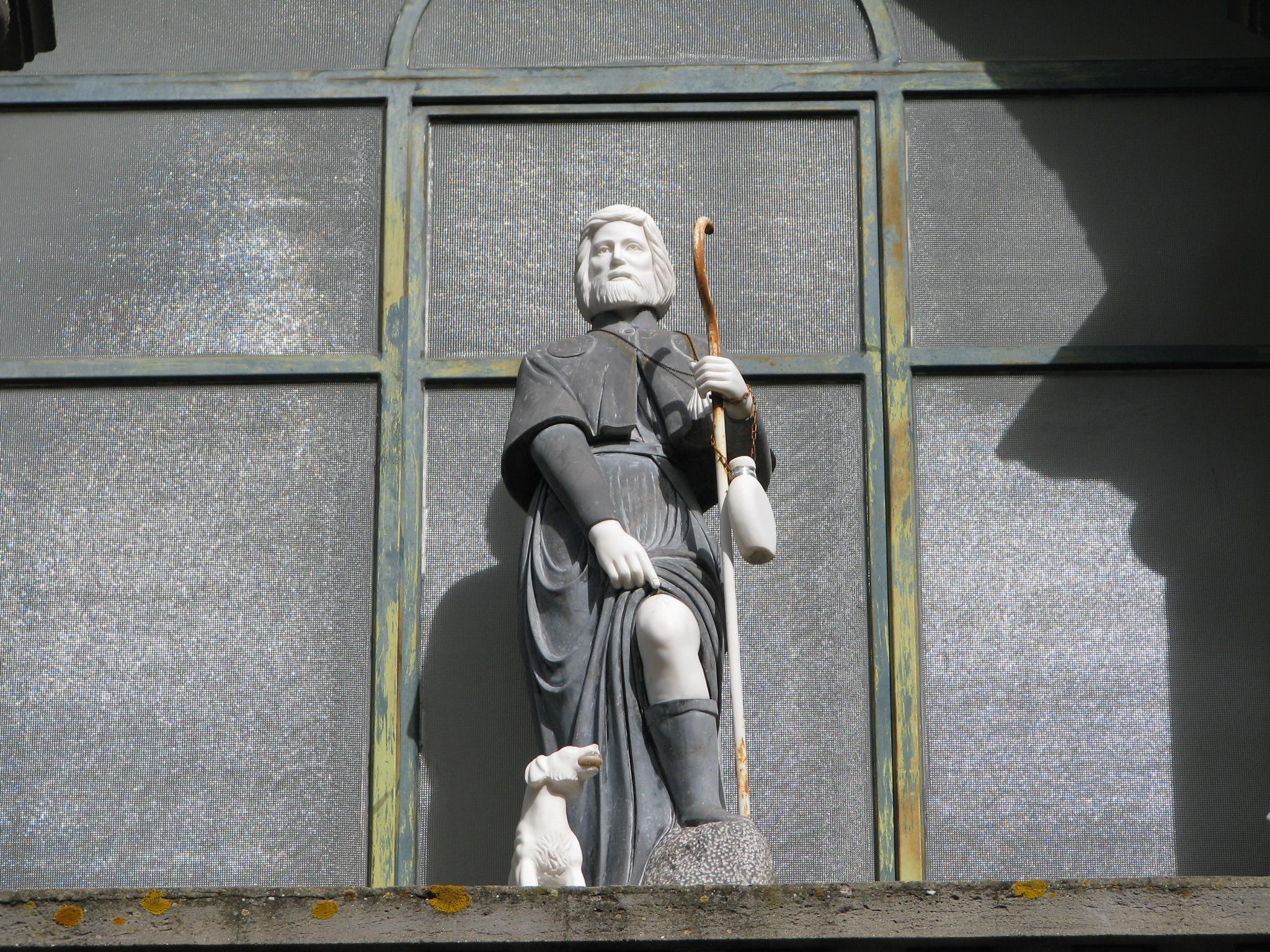 17 Statua S Rocco su loggiato chiesa