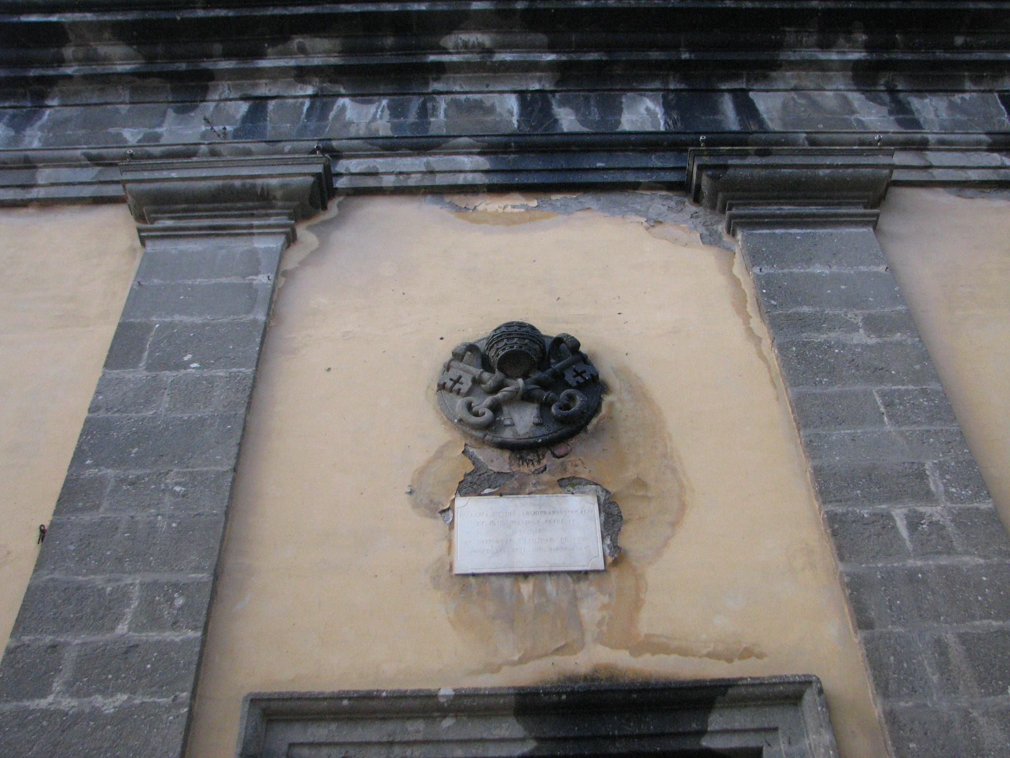 Chiesa S Pietro - Stemma papale sulla facciata