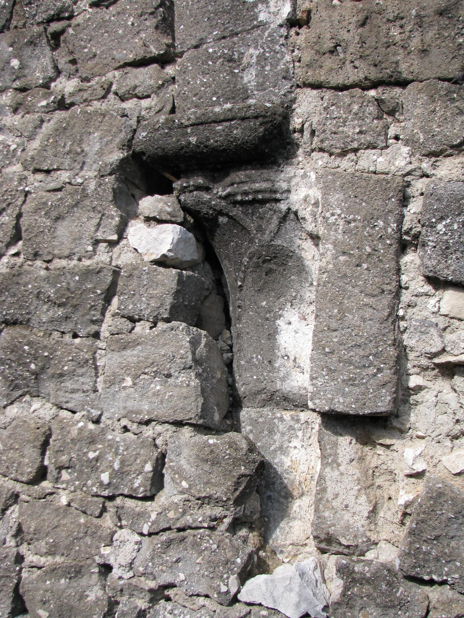 32 frammento di colonna murato nel fianco della chiesa S Pietro