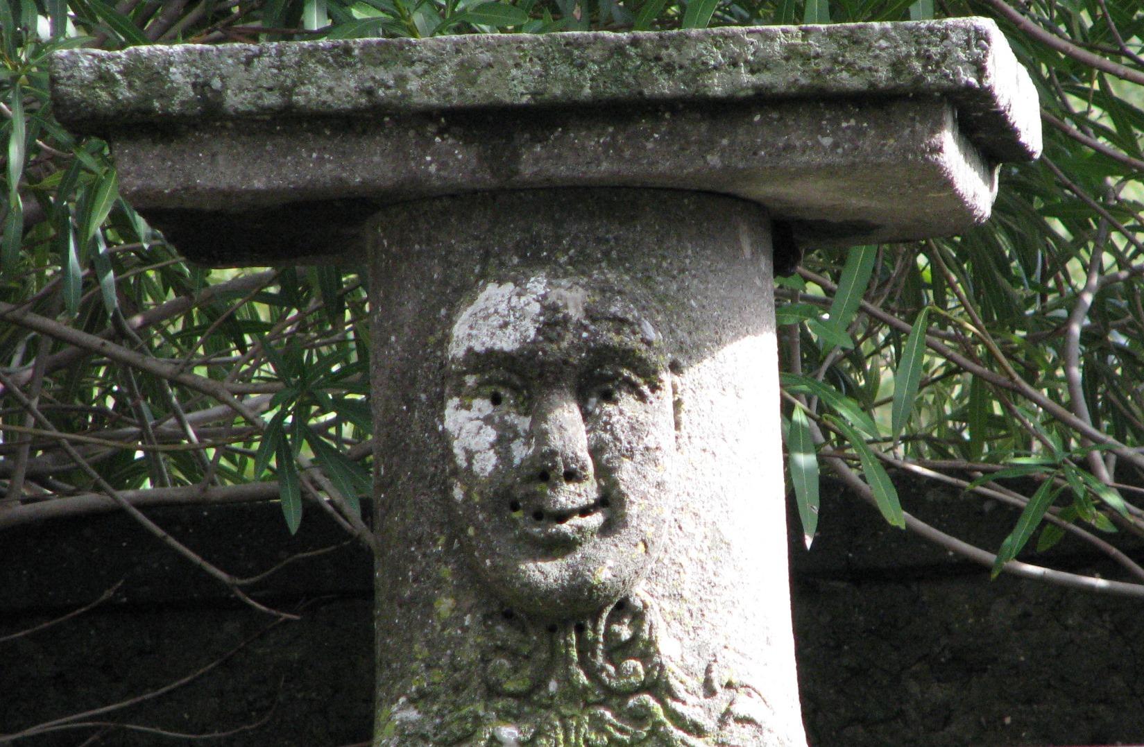42 Uno dei mascheroni di Palazzo Spezza