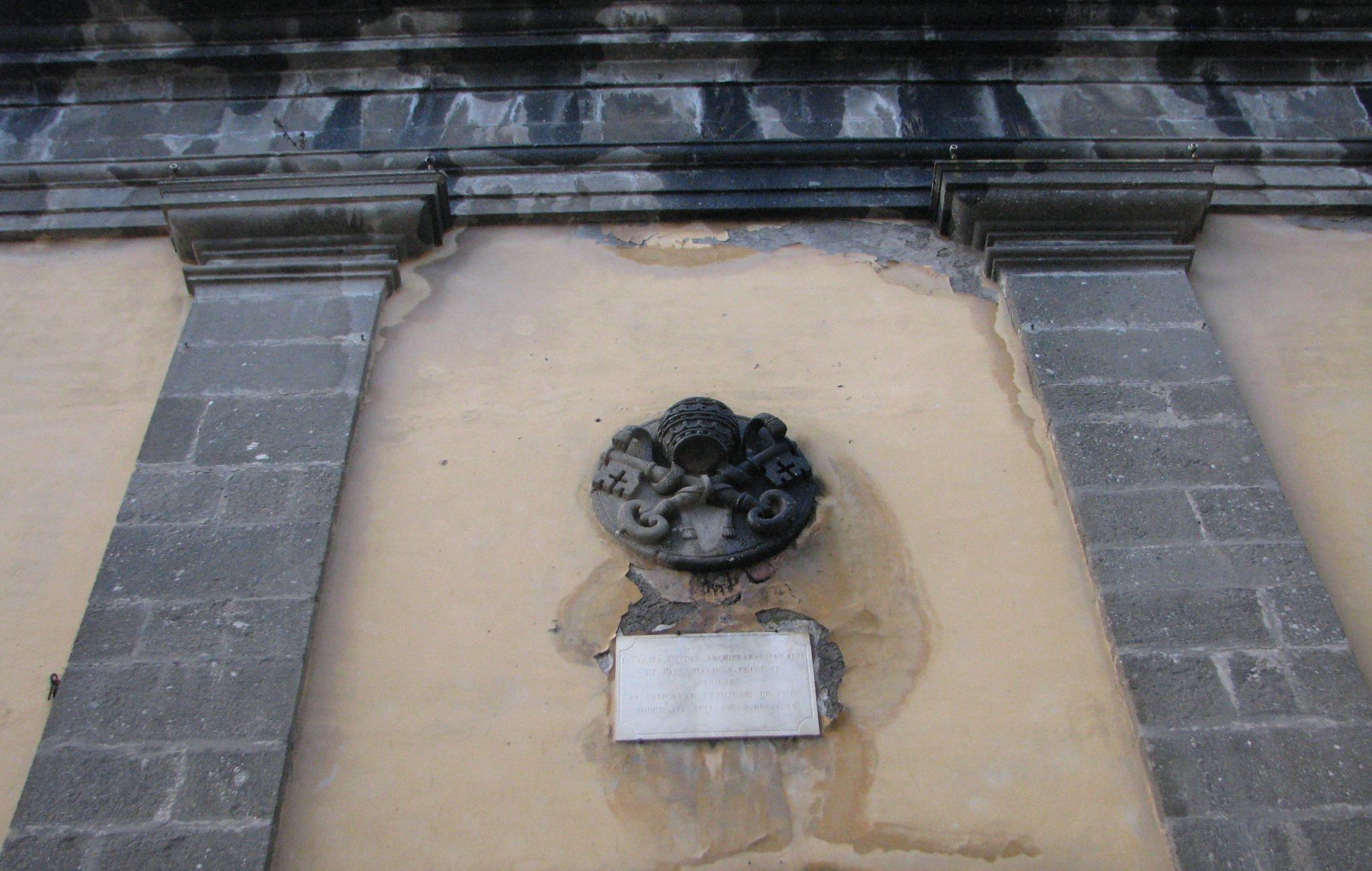 Stemma papale sulla facciata della chiesa di S Pietro a Patrica