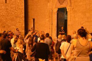 3 I partecipanti all'Itineraio del Mistero davanti alla Collegiata di S Maria