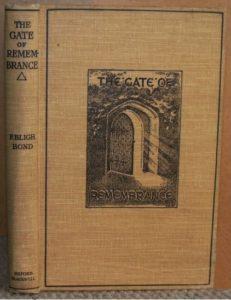 """Il libro di Bond, """"La Porta della rimembranza"""" (1918) in cui spiegò i poco ortodossi metodi di indagine che gli avrebbero consentito di scoprire strutture sepolte dell'Abbazia di Glastonbury"""