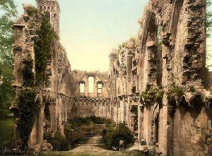 Uno scorcio dell'abbazia di Glastonbury nel 1908, più o meno all'epoca in cui l'architetto Bond rintracciava con strani metodi di indagine molte strutture ormai sepolte da tempo e difficilmente individuabili ricorrendo alle planimetrie già  note…