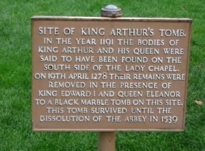 Cartello che a Glastonbury indica il punto in cui sarebbe stata trovata la tomba del mitico Re Artù e della Regina Ginevra…