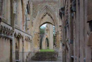 Scorcio di una delle più affascinanti strutture dell'Abbazia di Glastonbury sopravvissute al trascorrere dei secoli