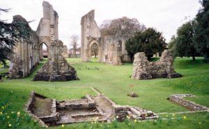 Molte delle strutture dell'Abbazia furono scoperte da Frederick Bligh Bond ricorrendo a metodi di indagine chiaramente non convenzionali: la cosiddetta Archeologia Psichica