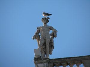 11 Antichi dei a Trieste - Statua di Hermes sul Palazzo della Regione in piazza Unità d'Italia