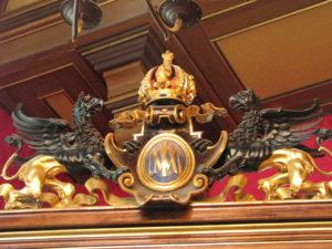 6 Grifoni d'oro e bronzo reggono il trigramma di Massimiliano d'Aburgo