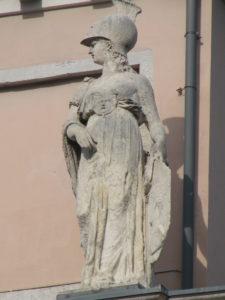 9 Antichi dei a Trieste - Statua di Athena nel Palazzo della Borsa Vecchia